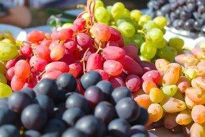 Столовий виноград з Закарпаття з'явився на ринках України на місяць раніше і вдвічі дорожчий