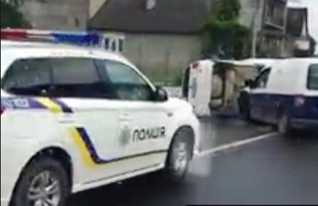 ДТП в Хусті  внаслідок якого перекинувся автомобіль(відео)