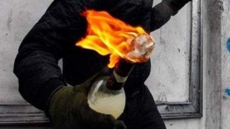 В Мукачеві невідомий кинув коктейль Молотова у двір підприємця