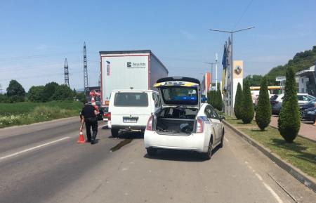 У Мукачеві мікроавтобус в'їхав у фуру (фото)