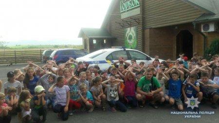 «Зарядка зі school police officer». Іршавські поліцейські провели зарядку в дитячому таборі (ФОТО)