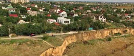 На Одещині масштабний зсув грунту: Сотні туристів опинилися у пастці