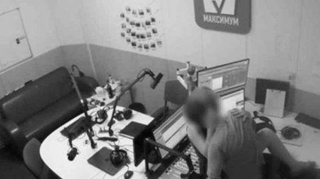 Порно в прямому ефірі. Співробітники влаштували розпусне побачення у столичній радіостудії