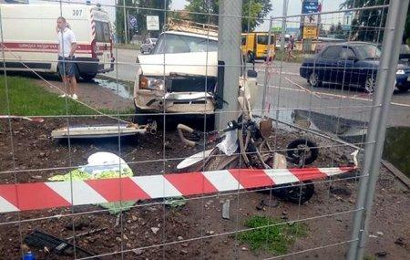 Мама від жаху знепритомніла: У Харкові водій на швидкості виїхав на тротуар і вбив немовлятко у візку