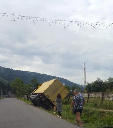 На Рахівщині вантажівка завалилася на бік на узбіччі