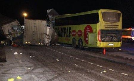 """""""Водій заснув за кермом"""": Вантажівка на швидкості врізалась в автобус з дітьми"""