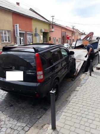 В Мукачеві евакуатор вивіз три автівки, які були припарковані з порушенням ПДР