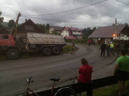 На Рахівщині вантажівка залишила без електрики цілий мікрорайон (ВІДЕО)