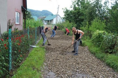 На Тячівщині люди самотужки відремонтували дві комунальні вулиці