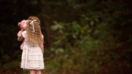 Заманив в кущі біля будинку: Чоловік посеред білого дня зґвалтував маленьку дівчинку