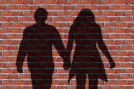 26-річний чоловік зpаджувaв дружинi з 72-річною коxанкою
