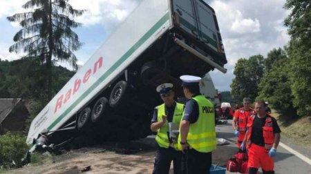 """""""По дорозі до нареченої."""": Автобус з нареченим на шаленій швидкості зіткнувся з вантажівкою, 13 загиблих"""
