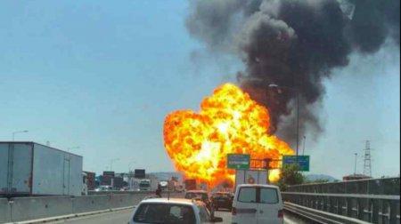 Палають десятки авто і стогнуть обгорілі люди: У відомому аеропорту пролунав потужний вибух (ФОТО)