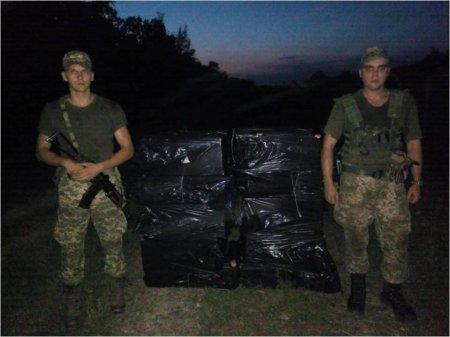 """На Закарпатті біля кордону знайшли 18 """"нічиїх"""" ящиків з сигаретами (ФОТО)"""