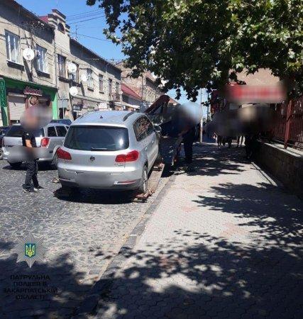 У Мукачеві патрульні евакуйовують машини порушників паркування (ФОТО)