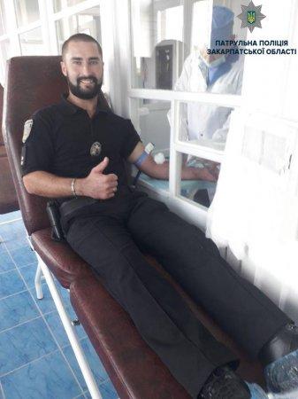Патрульні не пожаліли своєї крові  (ФОТО)