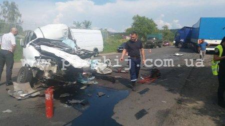 Під Мукачевом Honda влетіла у фуру, водій загинув на місці (Фото)