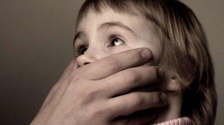 Зґвалтував, вбив і сховав у сумку: Сусід жорстоко поглумився над 5-річною дівчинкою поки її батьків не було в дома