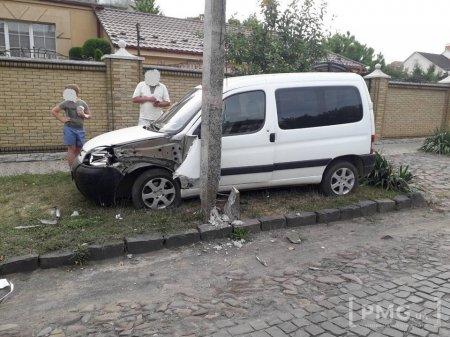 У Мукачеві автівка в'їхала у бетонний стовп (ФОТО)