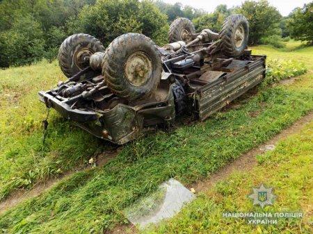 Загинув чоловік: В селі Лозянське Міжгірського району в кювет з'їхала вантажівка (Фото)