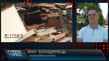 """Діряві баки і смердючі калюжі. Мешканці Росвигівської у Мукачеві скаржаться, що двір """"потопає"""" у смітті (ВІДЕО)"""