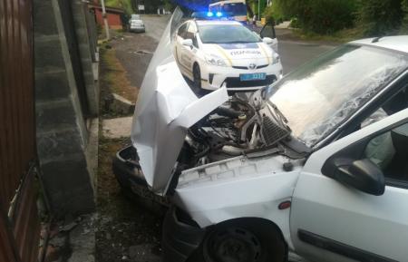 Заснув за кермом: на Іршавщині  водій врізався у паркан (ФОТО)