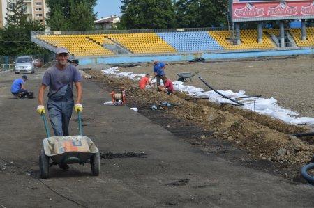На  «Авангарді» тривають роботи з оновлення бігової доріжки та футбольного поля (ФОТО)