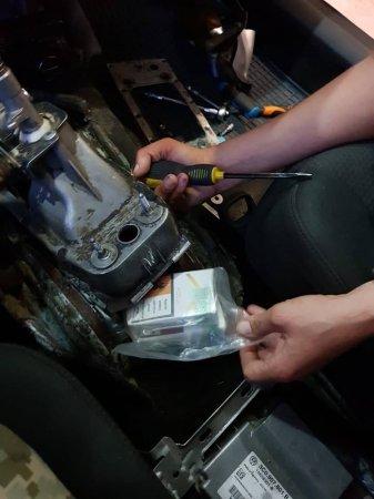 На кордоні з Румунією прикордонники викрили тютюнового контрабандиста, який через 250 пачок сигарет втратив коштовне авто (ФОТО)