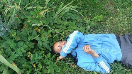 П'яна матір спала просто посеред вулиці, а поруч чекали її безпомічні голодні діти (фото)