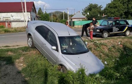 У Берегові ДТП: Авто вилетіло у кювет (ФОТОФАКТ)
