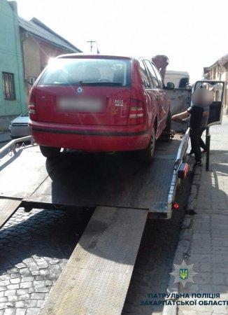 """Операція """"евакуація"""": патрульні у Мукачеві відправили авто на арештмайданчик (ФОТО)"""