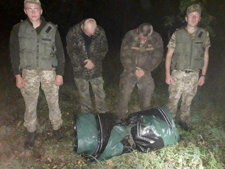 На Закарпатті біля кордону затримали двох чоловіків з гумовим човном (ФОТО)