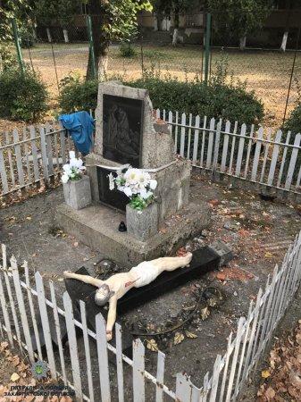 Неадекватний мукачівець поглумився над меморіалом: Розбив пам'ятник й запевняв, що задля ремонту
