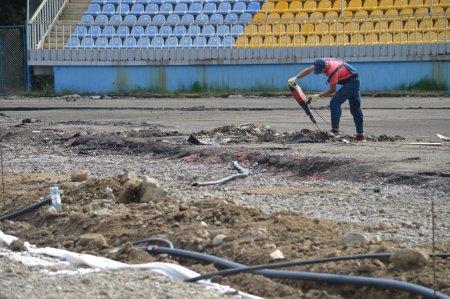 """На """"Авангарді"""" в Ужгороді оновлюють бігову доріжку та футбольне поле (ВІДЕО)"""