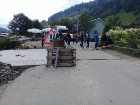 На Рахівщині люди перекрили дорогу, але чомусь лісовози та «шишок» пускають, простий народ страждає (фото)