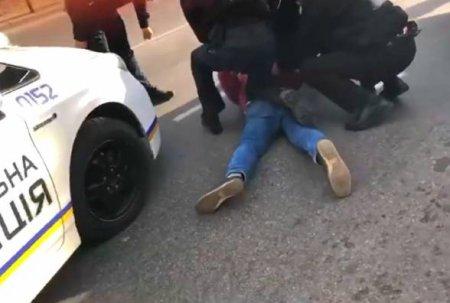 Курйозний випадок на Мукачівщині: чоловік стояв посеред траси і агресивно поводився