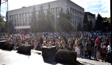 На площі Поштовій  розпочався святковий концерт (ФОТО)
