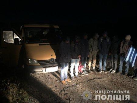 Поліція Закарпаття зупинила два авто з нелегалами та їх супроводом (фото)