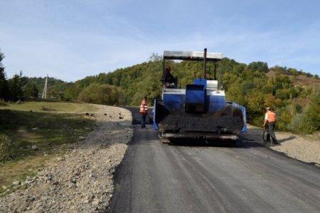 На Тячівщині ремонтують дві дороги, на яких раніше взагалі не було асфальту (ФОТО)