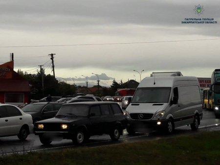 До уваги учасників дорожнього руху! Ускладнений рух на підїзді в Ужгород (фото)