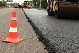 На Мукачівщині люди не дають ремонтувати дорогу: робітники асфальтники приїхали аж з Черкас (відео)