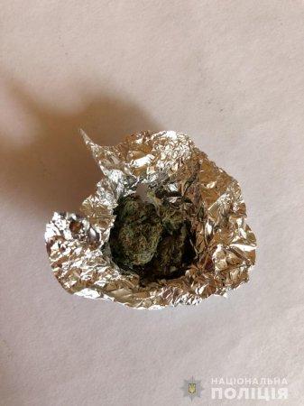 У кишені раніше судимого закарпатця виявили згорток  марихуани (ФОТО)