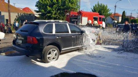 В Ужгороді рятувальники приборкали пожежу легкового автомобіля (ФОТО)