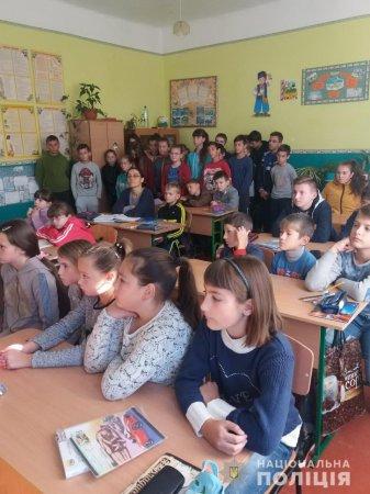 Поліцейські ювенальної превенції зустрілися з учнями ужгородської школи (Фото)