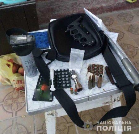У Мукачеві поліцейські у місцевого мешканця вилучили набої та холодну зброю