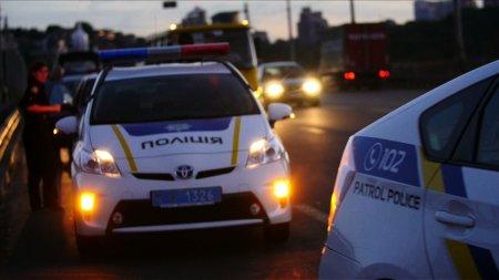 На одній із заправок Ужгорода нетверезий водій провіз перехожого на капоті до паркувального місця