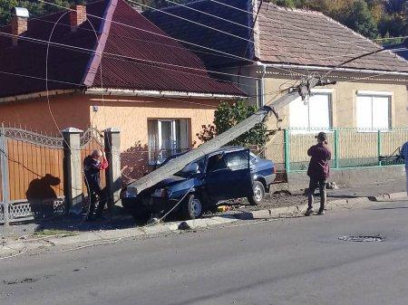 У Мукачеві електричний стовп вщент розтрощив автомобіль (Фото)