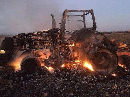 Між Ужгородським та Берегівським районами в полі загорівся трактор (фото)