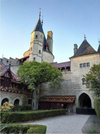 """Власний замок та картини Далі: у Франції затримали """"мертвого"""" корупціонера з України"""