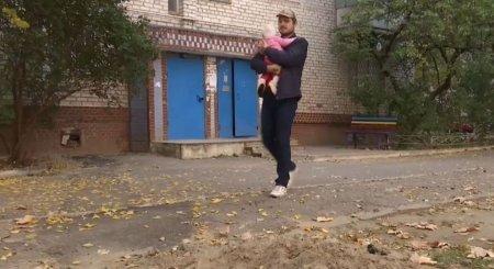 На руках у нього була 5-місячна дочка: чоловік з дитиною провалився в каналізаційний люк